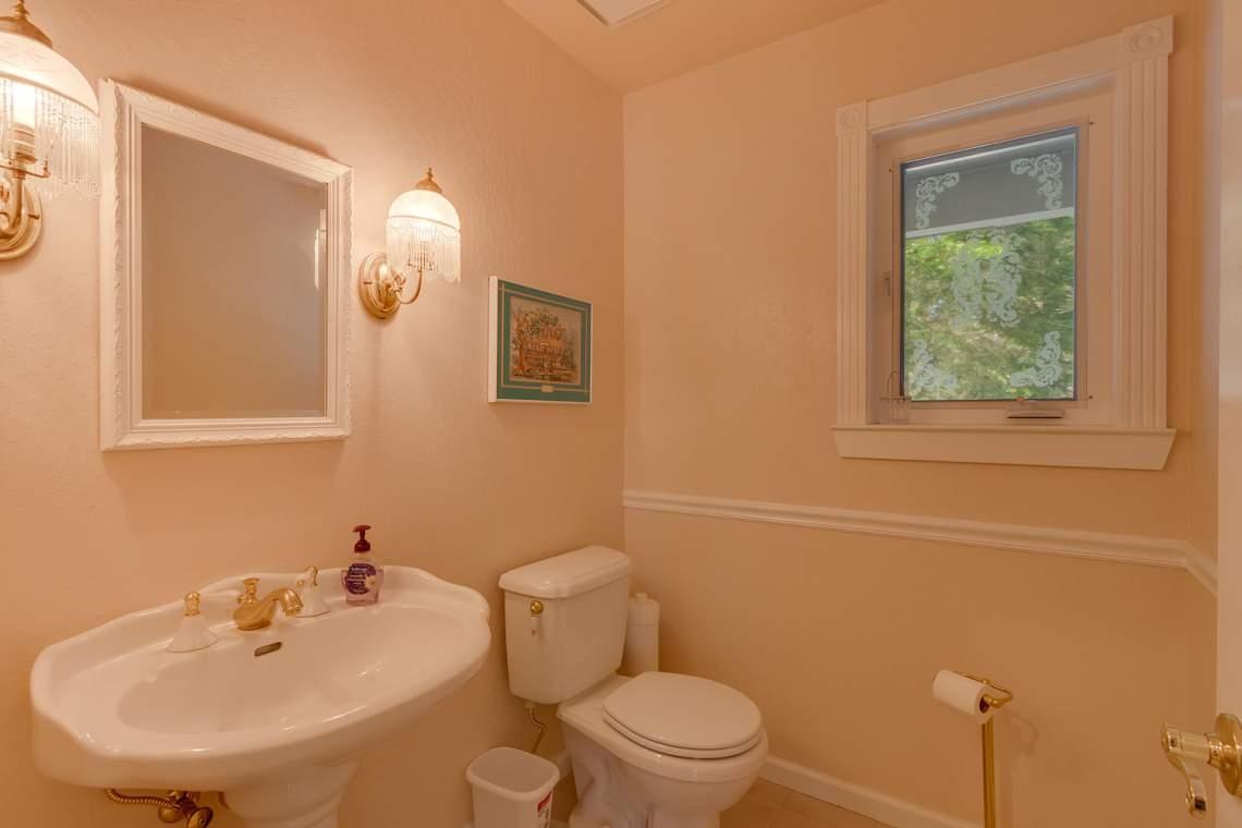 15244_Swiss_Ln_Truckee_CA-large-009-7-Half_Bathroom-1500x1000-72dpi