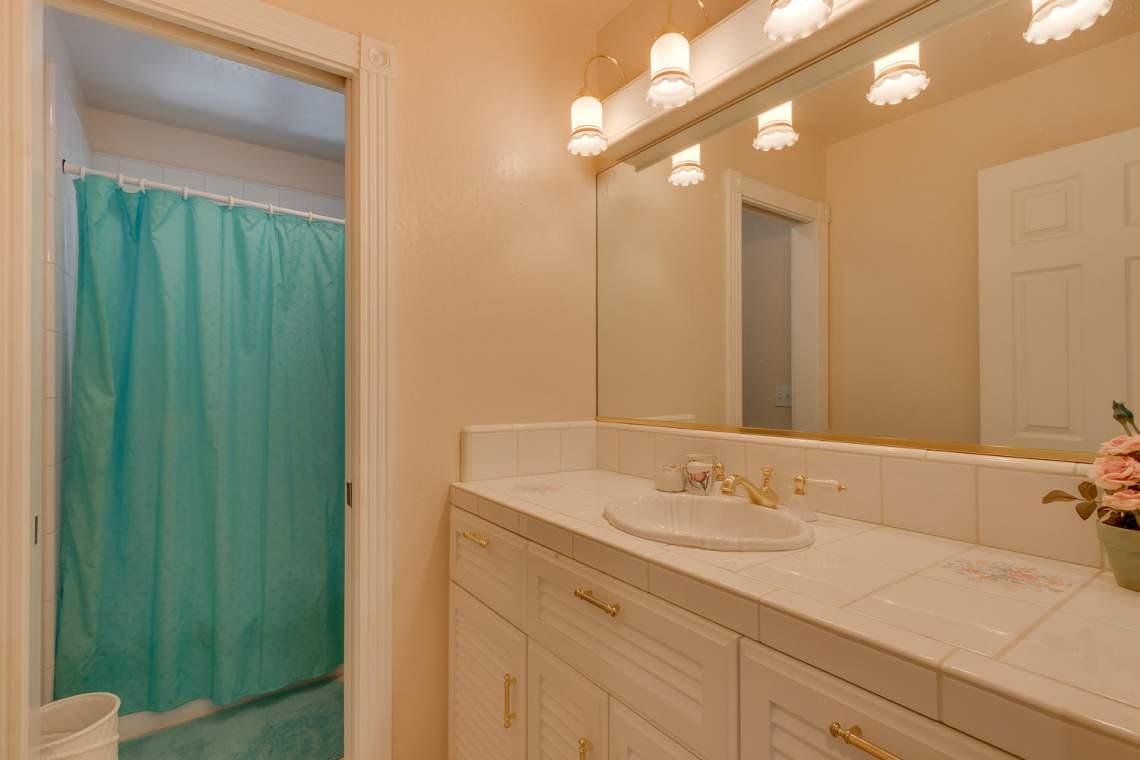 15244_Swiss_Ln_Truckee_CA-large-014-6-Bathroom-1500x1000-72dpi